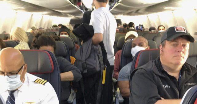 疫情之下,美国航班挤满乘客半数人无口罩,华裔女子全程提心吊胆