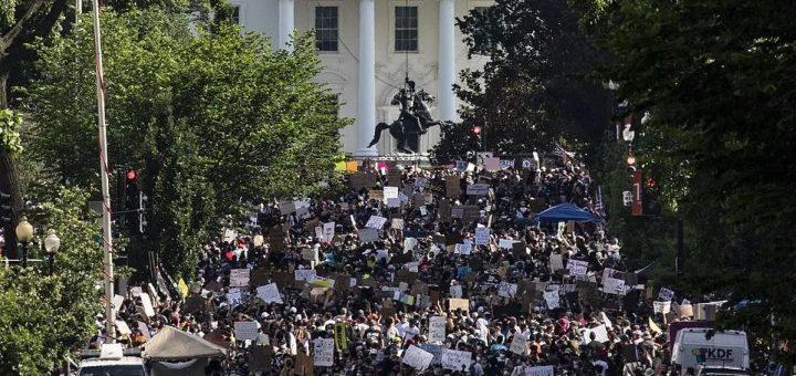 """美国再失控! """"警察杀手""""持枪扫射联调局大楼 特朗普想出兵1万镇压! 市长:我们要换总统!"""