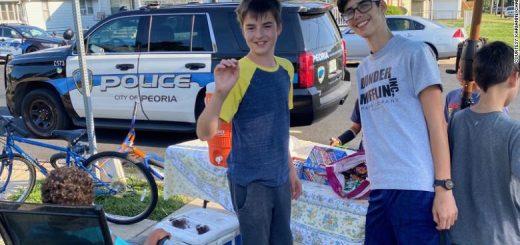 暖心!伊利诺伊州2名13岁男孩摆地摊被抢劫,当地警察排队高价买他们的柠檬水!
